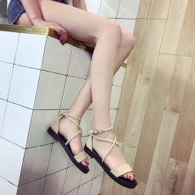女鞋2017新款欧美交叉绑带一字扣带平底时装罗马凉