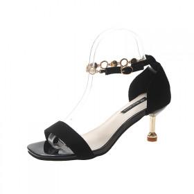 高跟一字扣带绒面配仙女裙的鞋子