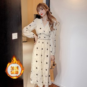 法式轻奢名媛蕾丝v领长裙冬季新款加绒收腰显瘦波点裙
